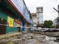 中国天气网广西站讯 受局地强对流云团影响,5月8日05时起,广西贺州市钟山县出现短时强降水、雷暴、大风等强对流天气。监测显示,7日20时至8日08时瞬时极大风速为26.5m/s,达到十级以上。此次强对流天气导致城区多处出现树木、广告牌倒伏及临时建筑物坍塌、全县供电中断等灾情。钟山县气象台已于8日4时16分和5时06分发布雷电黄色及大风蓝色预警信号,提示做好防范。图为8日钟山县城区一处铁皮棚被吹翻在地。(文/苏汝琦 图/唐华)