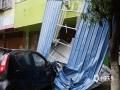 图为8日钟山县城区铁皮棚掉落砸到车上。(图/唐华)