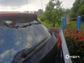 图为8日钟山县城区一汽车后车玻璃被铁皮砸穿 。(图/唐华)