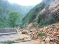 中国天气网广西站讯 5月11日晚起至12日早上,广西北部的桂林、柳州、河池出现强降雨天气,部分地区降下大到暴雨乃至大暴雨,局地特大暴雨!柳州市融安县长安镇12小时雨量达到258.7毫米!强降雨导致部分地区积水严重、交通出行受阻,树木倒伏、农作物受损,有的地区甚至出现山体塌方,导致道路中断。图为灌阳县黄关至西山道路中断。(图/卿跃文 文/卿跃文 何正令 秦晓翠 蒋熙)