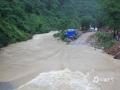 中国天气网广西站讯 5月11日晚起至12日早上,广西北部的桂林、柳州、河池出现强降雨天气,部分地区降下大到暴雨乃至大暴雨,局地特大暴雨!柳州市融安县长安镇12小时雨量达到258.7毫米!强降雨导致部分地区积水严重、交通出行受阻,树木倒伏、农作物受损,有的地区甚至出现山体塌方,导致道路中断。图为山洪爆发导致灌阳县黄关至西山道路被淹。(图/卿跃文 文/卿跃文 何正令 秦晓翠 蒋熙)