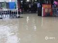 中国天气网广西站讯 5月11日晚起至12日早上,广西北部的桂林、柳州、河池出现强降雨天气,部分地区降下大到暴雨乃至大暴雨,局地特大暴雨!柳州市融安县长安镇12小时雨量达到258.7毫米!强降雨导致部分地区积水严重、交通出行受阻,树木倒伏、农作物受损,有的地区甚至出现山体塌方,导致道路中断。图为罗城宝坛街出现内涝。(图/曾清华 文/卿跃文 何正令 秦晓翠 蒋熙)