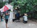 中国天气网广西站讯 5月11日晚起至12日早上,广西北部的桂林、柳州、河池出现强降雨天气,部分地区降下大到暴雨乃至大暴雨,局地特大暴雨!柳州市融安县长安镇12小时雨量达到258.7毫米!强降雨导致部分地区积水严重、交通出行受阻,树木倒伏、农作物受损,有的地区甚至出现山体塌方,导致道路中断。图为罗城龙岸龙平桥头树木倒在路上。(图/伍春香 文/卿跃文 何正令 秦晓翠 蒋熙)