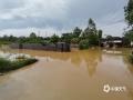 中国天气网广西站讯 5月11日晚起至12日早上,广西北部的桂林、柳州、河池出现强降雨天气,部分地区降下大到暴雨乃至大暴雨,局地特大暴雨!柳州市融安县长安镇12小时雨量达到258.7毫米!强降雨导致部分地区积水严重、交通出行受阻,树木倒伏、农作物受损,有的地区甚至出现山体塌方,导致道路中断。图为融安县长安镇大坡路口涵洞积水,无法通行。(图/陈一新 文/卿跃文 何正令 秦晓翠 蒋熙)