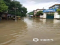 中国天气网广西站讯 5月11日晚起至12日早上,广西北部的桂林、柳州、河池出现强降雨天气,部分地区降下大到暴雨乃至大暴雨,局地特大暴雨!柳州市融安县长安镇12小时雨量达到258.7毫米!强降雨导致部分地区积水严重、交通出行受阻,树木倒伏、农作物受损,有的地区甚至出现山体塌方,导致道路中断。图为融安县长安镇吉祥路路面积水造成出行困难。(图/陈一新 文/卿跃文 何正令 秦晓翠 蒋熙)
