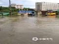 中国天气网广西站讯 5月11日晚起至12日早上,广西北部的桂林、柳州、河池出现强降雨天气,部分地区降下大到暴雨乃至大暴雨,局地特大暴雨!柳州市融安县长安镇12小时雨量达到258.7毫米!强降雨导致部分地区积水严重、交通出行受阻,树木倒伏、农作物受损,有的地区甚至出现山体塌方,导致道路中断。图为融安县长安镇路面积水造成出行困难。(图/陈一新 文/卿跃文 何正令 秦晓翠 蒋熙)