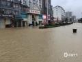 中国天气网广西站讯 5月11日晚起至12日早上,广西北部的桂林、柳州、河池出现强降雨天气,部分地区降下大到暴雨乃至大暴雨,局地特大暴雨!柳州市融安县长安镇12小时雨量达到258.7毫米!强降雨导致部分地区积水严重、交通出行受阻,树木倒伏、农作物受损,有的地区甚至出现山体塌方,导致道路中断。图为永福南站路口道路积水严重。(图/韦宇 文/卿跃文 何正令 秦晓翠 蒋熙)