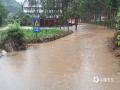 中国天气网广西站讯 5月11日晚起至12日早上,广西北部的桂林、柳州、河池出现强降雨天气,部分地区降下大到暴雨乃至大暴雨,局地特大暴雨!柳州市融安县长安镇12小时雨量达到258.7毫米!强降雨导致部分地区积水严重、交通出行受阻,树木倒伏、农作物受损,有的地区甚至出现山体塌方,导致道路中断。图为永福镇银洞小学路段被淹,学校被迫停课。(图/蒋宇 文/卿跃文 何正令 秦晓翠 蒋熙)