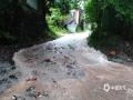昨天(12日)夜间到今天白天,广西部分地区出现大到暴雨,局部大暴雨,并伴有雷暴、大风等强对流天气。强降雨造成河水上涨,城市内涝等次生灾害。图为资源县道路上堆满了被雨水冲下的泥沙石头(图/谭琼)