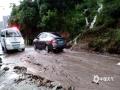 昨天(12日)夜间到今天白天,广西部分地区出现大到暴雨,局部大暴雨,并伴有雷暴、大风等强对流天气。强降雨造成河水上涨,城市内涝等次生灾害。图为资源县道路上泥沙遍布,巡逻车步履维艰(图/谭琼)