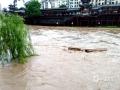 昨天(12日)夜间到今天白天,广西部分地区出现大到暴雨,局部大暴雨,并伴有雷暴、大风等强对流天气。强降雨造成河水上涨,城市内涝等次生灾害。图为资源县资江河水暴涨(图/谭琼)