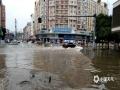 昨天(12日)夜间到今天白天,广西部分地区出现大到暴雨,局部大暴雨,并伴有雷暴、大风等强对流天气。强降雨造成河水上涨,城市内涝等次生灾害。图为贵港市强降雨造成部分城区街道严重内涝,交通出行受阻,用电线路中断。(图/莫申萍)