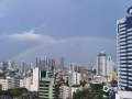 中国天气网广西站讯 经过几日的闷热天气,今天(5月16日)下午,南宁迎来了一场短暂的降雨。降雨过后,南宁天空出现一道美丽的彩虹,高挂在群楼之间,美不胜收。(图/黄莉雁 文/卢威旭)