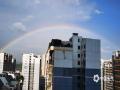 中国天气网广西站讯 经过几日的闷热天气,今天(5月16日)下午,南宁迎来了一场短暂的降雨。降雨过后,南宁天空出现一道美丽的彩虹,高挂在群楼之间,美不胜收。(图/胡靖雅 文/卢威旭)