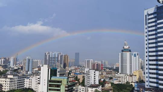 南宁天空雨后出现彩虹