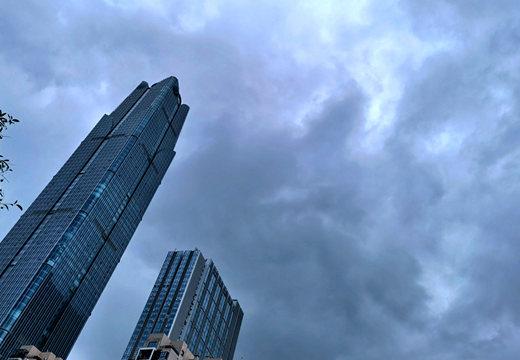 南宁18日下午忽降大雨