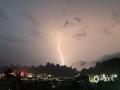 中国天气网广西站讯 6月3日傍晚,桂林遭雷电、大风等强对流天气袭击,平乐电闪雷鸣,闪电划破天空,灵川极大风速达到9级,路边的树木被大风刮倒砸伤车辆。图为平乐闪电划破夜空。(图/莫泳)