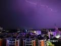 中国天气网广西站讯 6月4日凌晨,受降雨云团影响,横县被一道道闪电划破夜空,亮如白昼。紧接着,风雨交加,场面令人生畏。(文/郁海蓉 黄庆平 图/卜军波)