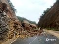 中国天气网广西站讯 6月3日晚至4日清晨,苍梧县出现暴雨、局部大暴雨的强降雨天气。受强降雨影响,部分中小河流水位上涨,苍梧县G355路段出现个别山体滑坡,对当地群众交通出行、生产生活造成一定的影响。目前强降雨过程趋于结束,但地质灾害具有滞后性,当地仍需警惕强降雨之后地质灾害的影响。图为:苍梧县六堡、石桥等乡镇出现山体滑坡(文/梁妙芝,图/孙小龙)