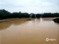 中国天气网广西站讯 6月3日晚至4日清晨,苍梧县出现暴雨、局部大暴雨的强降雨天气。受强降雨影响,部分中小河流水位上涨,苍梧县G355路段出现个别山体滑坡,对当地群众交通出行、生产生活造成一定的影响。目前强降雨过程趋于结束,但地质灾害具有滞后性,当地仍需警惕强降雨之后地质灾害的影响。图为:苍梧石桥东安江水位暴涨(文/梁妙芝,图/孙小龙)
