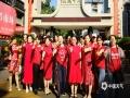 """中国天气网广西站讯 十年磨一剑,今朝试锋芒。6月7日,2021年全国高考拉开序幕,广西大部地区艳阳高照,考生带着家人和老师的祝福,以朝气蓬勃、意气风发的姿态阔步走进考场,迎接人生中一场重要的""""战役""""。图为桂林市穿着红色旗袍的送考妈妈们也在考场外面留下纪念(文/张雅昕 图/张雅昕)"""