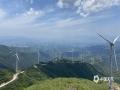中国天气网广西站讯 近日桂林大部地区天气晴好,兴安摩天岭绿油油的草地与蓝天白云组成一幅清新的画卷。连绵的群山上笔直挺立着一座座白色的风车,风叶迎风转动,似乎在向人们挥手问好。徜徉其中,就是品味一场视觉盛宴,让人流连忘返。图片拍摄于6月7日。(文/黎微微 图/唐晓波)
