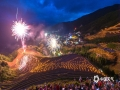 6月13日,广西龙脊迎来了一年一度的梳秧节,恰逢端午假期,雨后天晴的龙脊梯田景区游客如织,格外热闹,图为焰火与星星点点的火把宛如夜间璀璨的巨龙。(文/张雅昕 图/莫家勋)