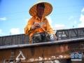 连日来,在广西柳州南编组站内,工务、电务、车辆等多部门的铁路员工顶着烈日、鏖战高温进行除尘、检修、探伤、编组、送车等作业,确保暑运安全畅通。新华社记者 张爱林 摄
