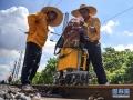 7月9日,在柳州南编组站,柳州工务段的探伤工查看探伤仪检测数据。新华社记者 张爱林 摄