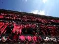 中国天气网广西站讯 农历六月初六(7月15日),是龙胜各族自治县瑶族传统的晒衣节,金坑瑶寨上红瑶同胞举办各种活动欢庆节日。(文/唐良匀 图/韦吉阳)