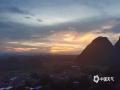 中国天气网广西站讯 7月20日傍晚,河池环江出现艳丽的晚霞。放眼远眺,天空的云仿佛着火了一般,美不胜收。(图文/梁丽娜)