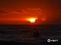 中国天气网广西站讯 8月18日,北海市涠洲岛出现绝美晚霞绚丽夺目,犹如油画一般。(图文/覃俊元)