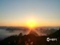 中国天气网广西站讯 尧山是桂林市区最高峰,山顶东面俯瞰层峦叠嶂,在此印衬之下的日出美如仙境,许多桂林风景摄影获奖作品皆出于此。10月5日,桂林天气晴好,万里无云,日出观赏为吉日,慕名而来的游客和摄影爱好者们纷纷提前到达一睹美景。(图文/所妍枫)