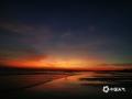"""中国天气网广西站讯 10月12日傍晚,在今年第18号台风""""圆规""""影响之前,落日染红了北海的半边天。(图/海荣 文/刘宇菲)"""