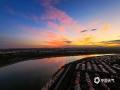 中国天气网讯 9月11日一早,河北廊坊三河市的朝霞迅速刷爆了当地朋友圈。图片中可以看到,清晨中不断升高的太阳将当地天空染成红色,搭配蓝天白云景色十分壮观。拍摄于廊坊三河燕郊开发区。(图/李辉)