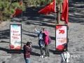 庆祝中华人民共和国成立70周年之际,迎接国庆的氛围也日益浓厚,在河北承德避暑山庄景区的主要入口,景点都悬挂了大大小小的五星红旗。一时间,鲜艳的国旗成为了景区内最耀眼,最夺目,最壮观的风景,大批游客纷纷与国旗合影留念。图为游客与国旗自拍留念。(图/穆瑞刚)