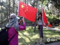 中国天气网讯   庆祝中华人民共和国成立70周年之际,迎接国庆的氛围也日益浓厚,在河北承德避暑山庄景区的主要入口,景点都悬挂了大大小小的五星红旗。一时间,鲜艳的国旗成为了景区内最耀眼,最夺目,最壮观的风景,大批游客纷纷与国旗合影留念。图为一年轻女孩与国旗合影。(图/穆瑞刚)