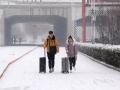 中国天气网讯 15日夜间到17日清晨,河北邯郸迎来新年以来的第三场降雪天气。时值春运,降雪给当地的交通出行带来不小困扰。在邯郸铁路东站,为确保旅客出行畅通,交警、环卫等部门也是采取了及时清雪、加强巡逻等多项举措,来为旅客及时出行提供服务。(图/周立新)