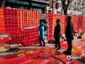 随着春节日益临近,近两天河北承德市区的各大年货市场也迎来了人流高峰。虽然室外的气温不足0℃,却依然阻挡不了市民购买的热情。大红的灯笼、福字、以及春联等年货,都成为了购买的焦点,也衬托出当地浓浓的年味儿。(图/李辉)