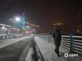 受冷空气影响,昨天(28日)白天到夜间,河北承德大部普降小雪,其中市区及周边县市降雪最为明显。降雪导致今早(29日)承德市区路面较为湿滑,同时通行承德的高速公路也全部因降雪封闭,给当地群众的出行和假期返程带来一定影响。(图/李辉)