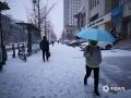 2月1日白天到2日早晨,河北承德全市相继出现降雪天气。其中在隆化、承德市区等地降水量为1-2毫米,达小雪量级。在承德市区,受路面积雪影响,市区道路变得十分湿滑,给市民出行造成不便。同时,全市高速公路也因雪关闭,当地交通出行受到不小影响。图为承德市区(图/李辉 曹明明)