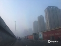 今晨(9日),河北中南部出现浓雾天气,多地能见度不足200米。在石家庄和衡水,大雾导致两地市区能见度急剧下降,石家庄的最低能见度甚至不足40米。大雾造成今早河北中南部的交通受阻严重,高速及航空出行都受到不同程度影响。图为石家庄市区(图/王玄宇 冯慧明)