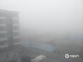 今晨(9日),河北中南部出现浓雾天气,多地能见度不足200米。在石家庄和衡水,大雾导致两地市区能见度急剧下降,石家庄的最低能见度甚至不足40米。大雾造成今早河北中南部的交通受阻严重,高速及航空出行都受到不同程度影响。图为衡水市区(图/王玄宇 冯慧明)