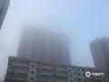 中国天气网讯 今晨(9日),河北中南部出现浓雾天气,多地能见度不足200米。在石家庄和衡水,大雾导致两地市区能见度急剧下降,石家庄的最低能见度甚至不足40米。大雾造成今早河北中南部的交通受阻严重,高速及航空出行都受到不同程度影响。图为石家庄市区(图/王玄宇 冯慧明)