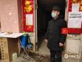 图为保定涿州市气象局退休老党员周宝德志愿坚守防疫一线。(图/张雷)