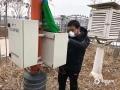 图为邯郸市气象局工作人员放弃休息,加班检修气象观测设备。(邯郸市气象局供图)