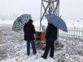 图为廊坊香河气象局技术人员冒雪检修气象观测设备,确保气象数据及时准确(图/管林)