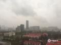 中国天气网讯 受寒潮天气影响,今天(26日)早晨开始,河北石家庄普降小雨。与此同时,市区及周边地区还伴有4级左右的西北风。由于降雨正值上班早高峰,湿滑的路面给交通出行带来的不小影响。并且今早石家庄的气温相比昨天同一时刻出现6℃左右的下降,湿冷的天气让不少市民又穿上了羽绒服、大衣等冬装来御寒。(图/冯慧明)