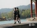 中國天氣網訊    最近兩天,河北承德高溫來襲,1日最高氣溫達36℃。在承德避暑山莊內,今年采取了網上預約購票以及限流措施,五一假期景區內井然有序,游園人數相較往年同期大幅減少,由于天氣炎熱,游客紛紛穿著清涼夏裝,游覽山莊美景。(攝影/李輝)