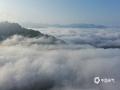 在經過了近兩天的連續降雨之后,5月9日和10日清晨,河北承德金山嶺長城景區接連出現了云霧和朝霞。從高空看,云霧籠罩群山,蜿蜒的古長城仿佛穿梭于云間的巨龍。再搭配絢麗的朝霞,美景猶如畫境一般。圖為無人機拍攝(圖\周萬平)